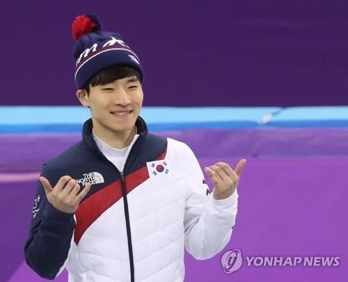 2月17日,在江陵冰上运动场,摘得平昌冬奥会短道速滑男子1000米铜牌的韩国选手徐怡拉一脸笑容。(韩联社)