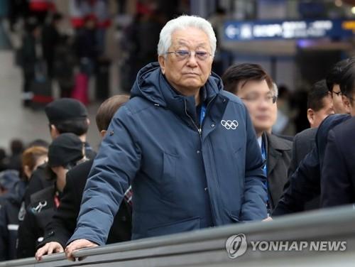 2月18日,在韩国高铁(KTX)仁川机场航站楼站,朝鲜籍国际奥委会委员张雄在前往仁川机场乘机地点。(韩联社)