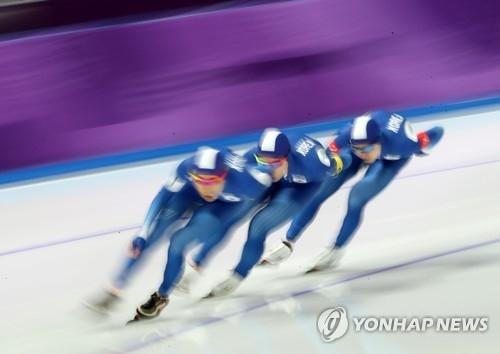 2月18日,在江原道江陵速滑馆,韩国速滑运动员李承勋、金民锡、郑在源参加平昌冬奥会速度滑冰男子团体追逐四分之一决赛,凭借默契的配合以3分39秒29的成绩到达终点,轻松晋级半决赛。(韩联社)
