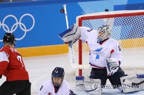 2月18日,韩朝女子冰球联队与瑞士队在比赛中。(韩联社)