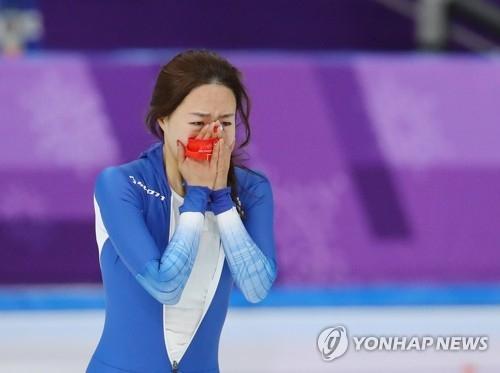 2月18日,在江原道江陵速滑馆,韩国选手李相花在平昌冬奥会速滑女子500米比赛结束后激动落泪。(韩联社)