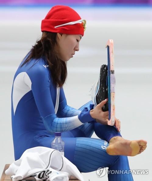 2月18日,平昌冬奥会速滑女子500米比赛在江陵速滑馆进行,李相花脚底厚茧见证她的努力。(韩联社)