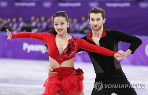 2月19日,平昌冬奥会花样滑冰冰舞短舞蹈比赛在江陵冰上运动场进行,韩国组合闵有拉(左)和亚历山大·干默林在进行表演。(韩联社)