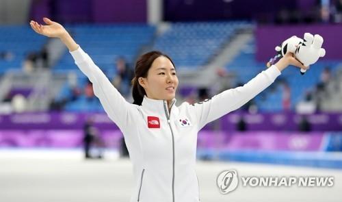 2月18日,在江陵冰上运动场,李相花摘得平昌冬奥会速滑女子500米项目的银牌,站在领奖台上。(韩联社)