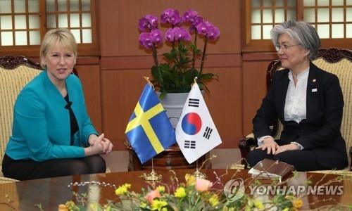 2月19日下午,在首尔外交部办公楼,韩国外长康京和(右)与到访的瑞典外长玛戈特·瓦斯特伦举行会谈。(韩联社)