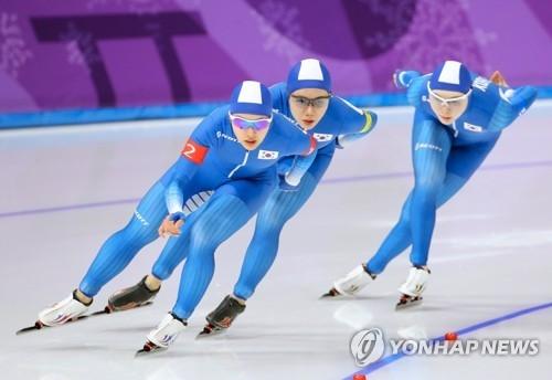 2月19日,在江陵速滑馆,韩国选手金宝凛、朴智玗、卢善英参加平昌冬奥会速度滑冰女子团体追逐四分之一决赛。(韩联社)