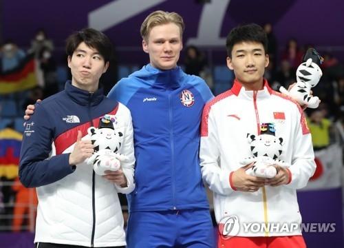 左起依次是车旼奎、洛伦岑、高亭宇(韩联社)