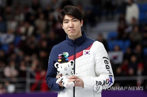 2月19日,在江陵速滑馆,平昌冬奥会速滑500米银牌得主车旼奎站在领奖台上。(韩联社)