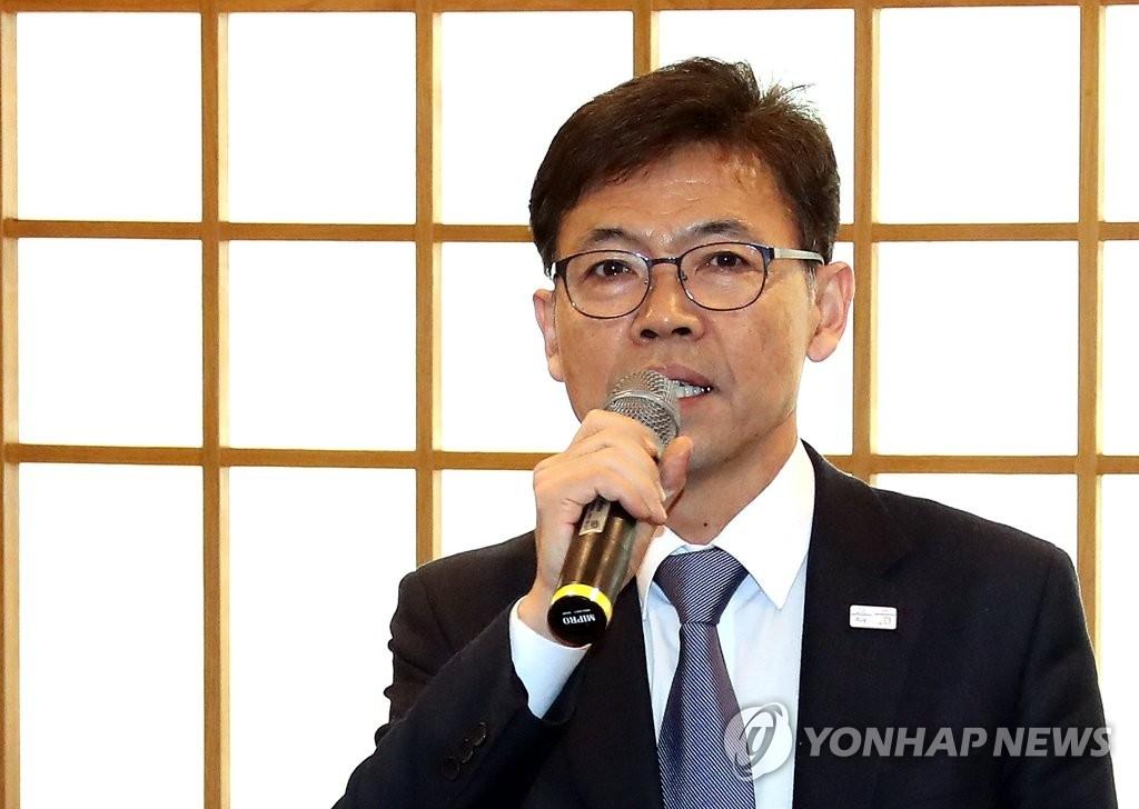 2月20日下午,在青瓦台,青瓦台经济首席秘书洪长杓召开记者会。(韩联社)
