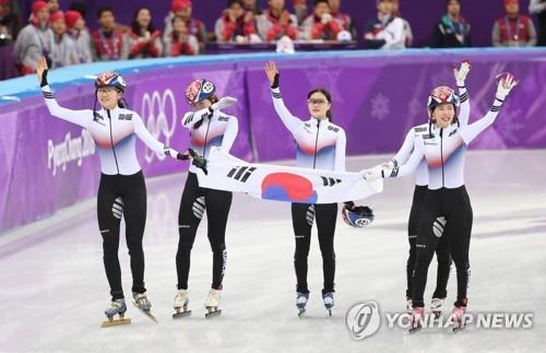 比赛结束后,韩国队选手向现场观众挥手致意。(韩联社)