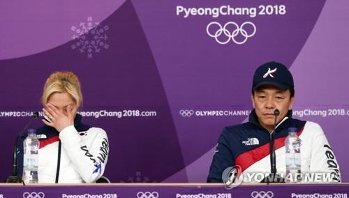 """2月20日,在江陵速滑馆,金宝凛(左)和白喆基在记者会上澄清""""误会""""。(韩联社)"""