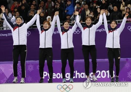 在赛后举行的颁奖礼上,韩国队选手举臂向观众致意。(韩联社)