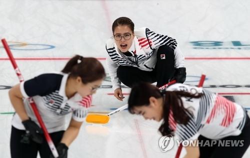 2月20日,在江陵冰壶中心,韩国队在与美国队进行女子预赛第八轮比赛。(韩联社)