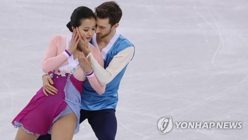 2月20日,在江陵冰上运动场,韩国组合闵有拉和亚历山大·干默林在进行平昌冬奥会冰舞自由舞表演。(韩联社)
