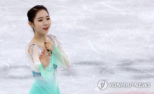 2月21日,在江陵冰上运动场,参加平昌冬奥花滑女单短节目比赛的韩国选手崔多彬在进行表演。(韩联社)