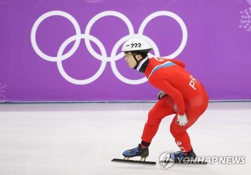 资料图片:2月20日,在江陵冰上运动场,朝鲜选手郑光范在短道男子500米预赛中奋力滑行。(韩联社)