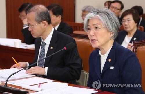 资料图片:韩国外长康京和(右) (韩联社)