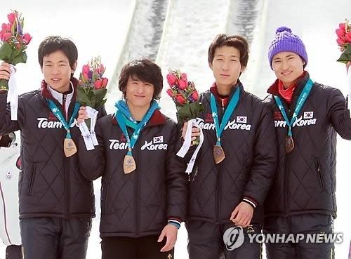 资料图片:韩国跳台滑雪队在2011亚冬会跳台滑雪男子团体大跳台项目上摘得铜牌,左起依次为金鉉起、崔栖瑀、姜七求、崔兴喆。(韩联社)