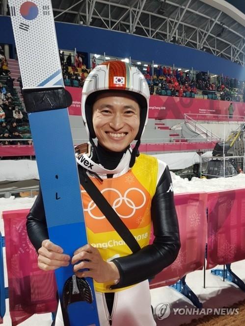 2月19日,在平昌阿尔卑西亚跳台滑雪中心,参加平昌冬奥会跳台滑雪男子团体大跳台项目预赛的韩国选手崔兴喆拍照留念。(韩联社)