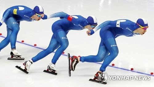 2月21日,在江原道江陵速滑馆,韩国速滑运动员李承勋、金民锡、郑在源参加平昌冬奥会速度滑冰男子团体追逐半决赛。(韩联社)