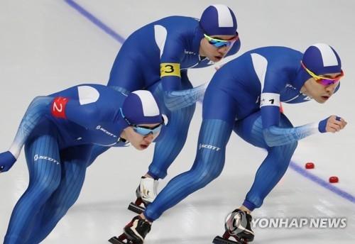 2月21日,在江原道江陵速滑馆,韩国速滑运动员李承勋、金民锡、郑在源在进行平昌冬奥会速度滑冰男子团体追逐的决赛。(韩联社)