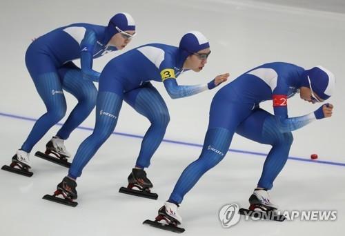 2月21日,在江原道江陵速滑馆,韩国选手金宝凛、朴智玗、卢善英在进行平昌冬奥会速度滑冰女子团体追逐第七和第八名决赛。(韩联社)