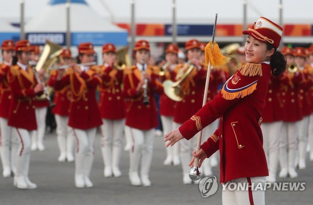 2月20日下午,在江原道麟蹄郡,朝鲜拉拉队正在进行吹奏表演。(韩联社)