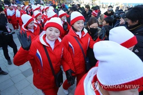 朝鲜拉拉队员向市民挥手。(韩联社)