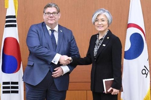 韩国外长康京和(右)和芬兰外长索伊尼。(韩联社/外交部提供)