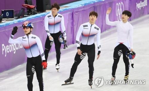 2月22日,在江陵冰上运动场,参加平昌冬奥会速滑男子5000米接力的4名韩国选手向观众挥手致意。(韩联社)