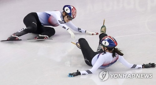 2月22日,在江陵冰上运动场,参加平昌冬奥会短道速滑女子1000米决赛的韩国选手沈锡希和崔珉祯相撞摔倒。(韩联社)