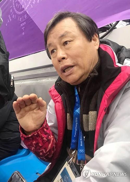 2月22日晚,在江陵冰上运动场,韩国文化体育部长官都钟焕接受采访。(韩联社)