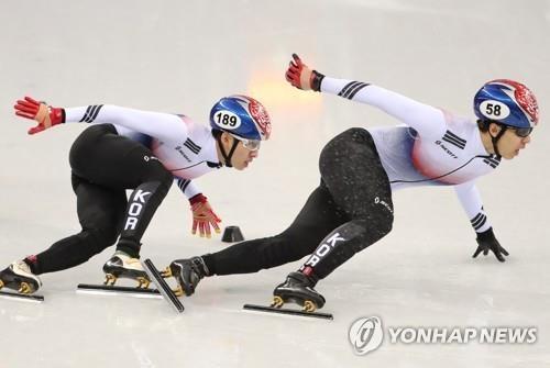 2月22日,在江陵冰上运动场,韩国选手黄大宪(右)和林孝俊参加平昌冬奥会短道速滑男子500米决赛。(韩联社)