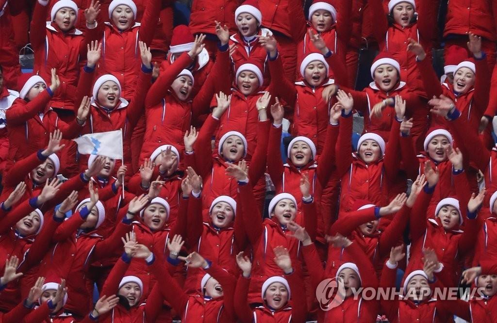 朝鲜拉拉队为选手加油。(韩联社)