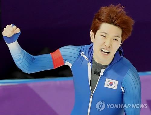 2月23日,在江陵速滑馆,参加平昌冬奥会速滑男子1000米比赛的韩国选手金太润以1分08秒22滑过终点后握拳欢呼。(韩联社)