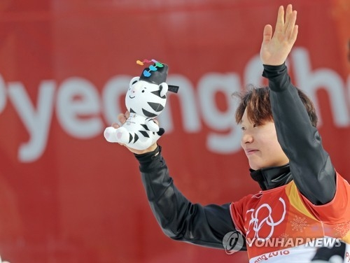 2月24日,在江原道平昌凤凰雪上公园,李相昊站在领奖台上。(韩联社)