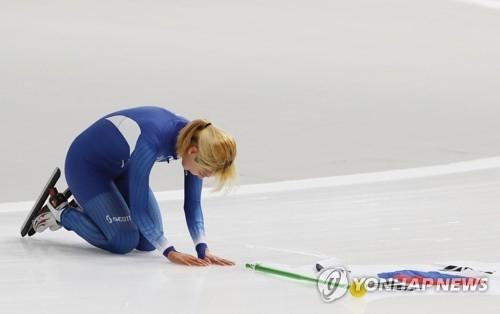 2月24日,在江陵速滑馆,参加平昌冬奥会速滑女子集体出发项目比赛的韩国选手金宝凛向现场观众行跪拜礼。(韩联社)