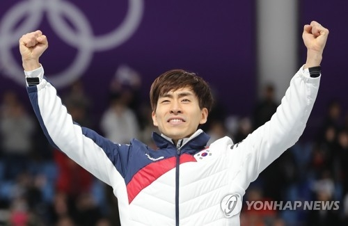 2月24日,在江陵速滑馆,获得平昌冬奥会速滑男子集体出发项目金牌的韩国选手李承勋站在领奖台上。(韩联社)