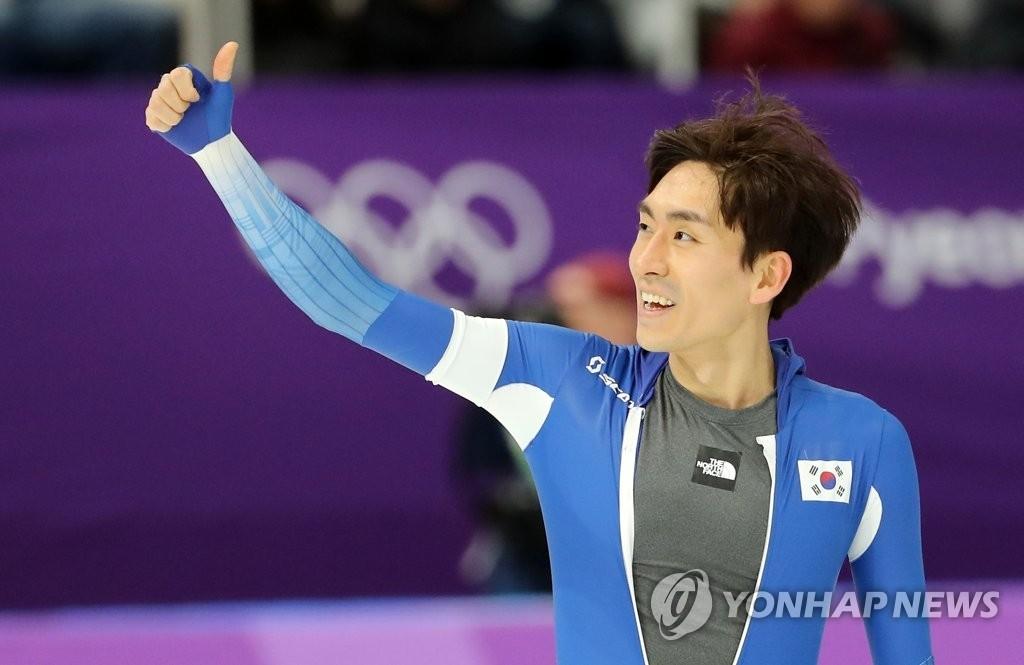 资料图片:2月11日,在江陵速滑馆,参加平昌冬奥会速滑男子5000米比赛的韩国选手李承勋冲过终点后向观众竖起大拇指。(韩联社)