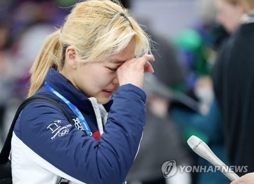 2月24日,在江陵速滑馆,平昌冬奥会速滑女子集体出发项目银牌得主金宝凛接受媒体采访时流泪。(韩联社)