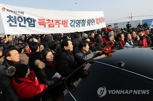 2月25日上午,在京畿道坡州市统一大桥,自由韩国党议员们举行抗议金英哲访韩的示威,并与警方对峙。(韩联社)