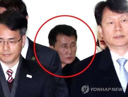2月25日上午,在韩国坡州南北出入境事务所,疑似崔康一的朝鲜访问团成员出现在韩国媒体视野中。(韩联社/联合采访团)