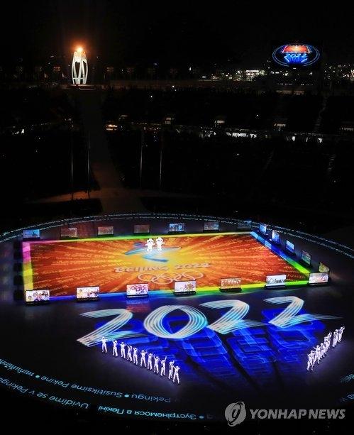 2月25日,在江原道平昌奥运会体育场举行的2018平昌冬奥会闭幕式上,2022年冬奥会东道主北京奉献8分钟的文艺演出。(韩联社)