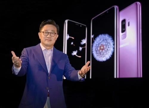 三星电子无线事业部总裁高东真推介Galaxy S9。(韩联社/三星电子提供)