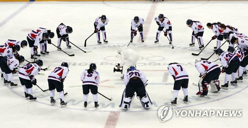 韩朝女子冰球联队正在比赛中。(韩联社)