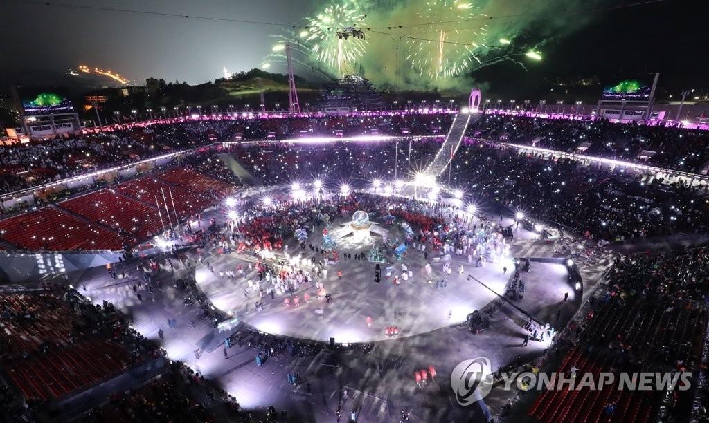 资料图片:2月25日,在平昌奥林匹克体育场,2018平昌冬季奥运会火热闭幕。(韩联社)