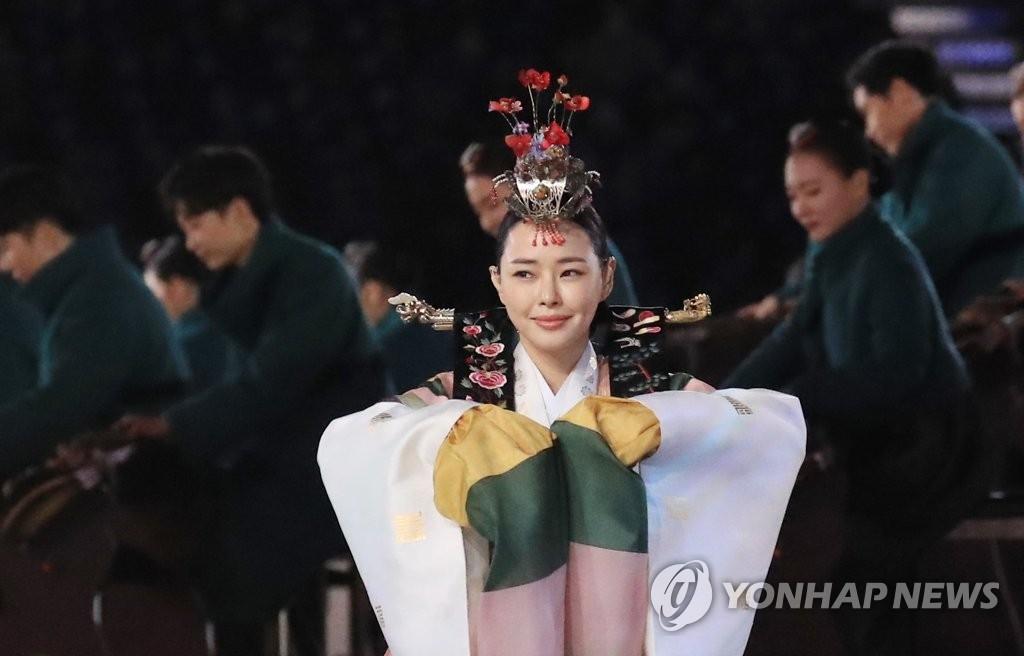 2月25日,在平昌奥林匹克体育场,演员李哈妮亮相平昌冬奥会闭幕式,献上传统表演。(韩联社)