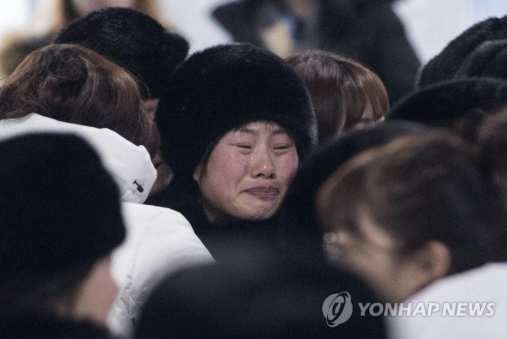 2月26日上午,在江陵运动员村,韩朝女子冰球联队队员们挥泪道别。(韩联社)