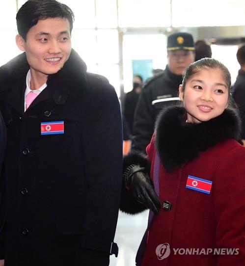 2月26日,在京畿道坡州市都罗山南北出入境事务所,朝鲜花样滑冰双人滑组合廉黛玉(右)和金主植出境返回朝鲜。(韩联社)