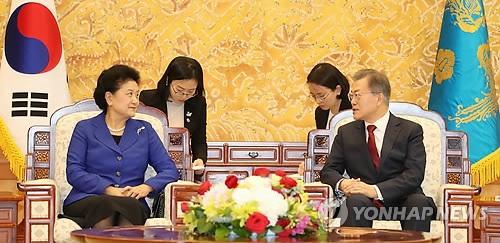2月26日上午,在青瓦台,韩国总统文在寅(右)会见到访的中国国务院副总理刘延东。(韩联社)